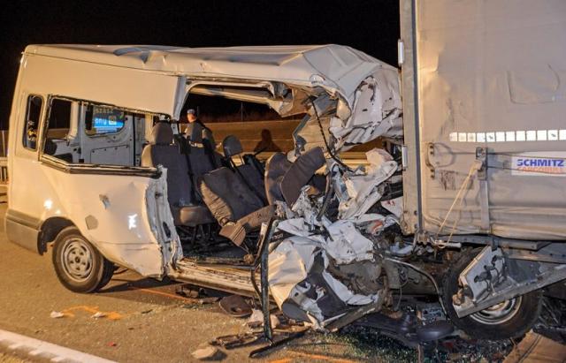 П'ятеро людей загинуло, після зіткнення мікроавтобуса з вантажівкою поблизу угорського міста Абонь.