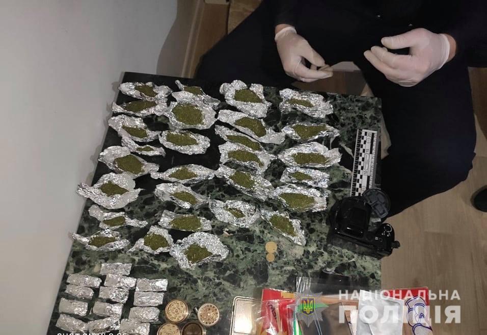 З автівки ужгородця поліцейські вилучили партію наркотиків та зброю.