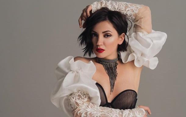 Виконавиця показала фігуру в леопардовому купальнику, заявила, що не любить шопінг і зізналася, що вона - та ще штучка.