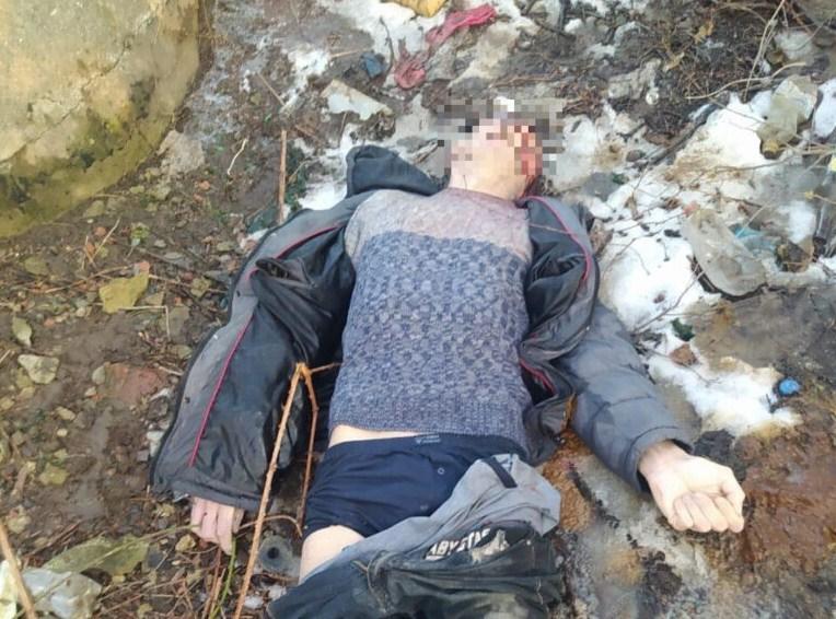 Чоловік з ознаками насильницької смерті лежав неподалік від залізничної колії у кінці вулиці Петрова.