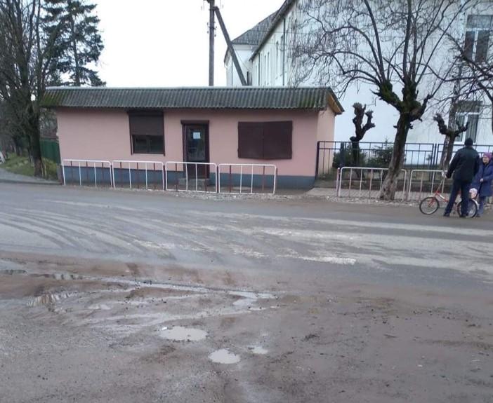 У селі Великі Ком'яти Виноградівської територіальної громади на дорогах немає ні переходів, ні розміток, ні автобусних зупинок.