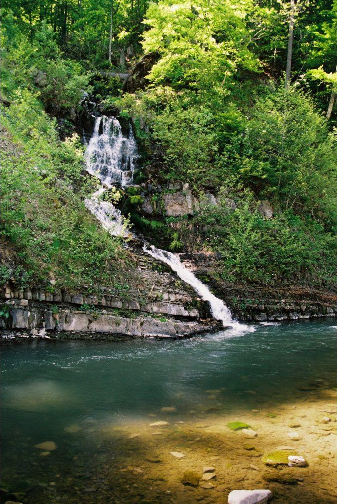 Цей водоспад можна зустріти на відрізку дороги між Синевиром і Синевирською Поляною.