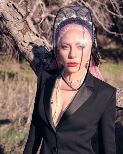 Епатажна американська співачка Леді Гага знялася в чуттєвій фотосесії для журналу Instyle.
