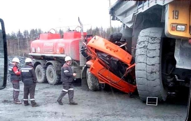 Аварія за участю двох величезних транспортних засобів сталася на Уралі. Гігантський БелАЗ просто зім'яв кабіну КамАЗа.