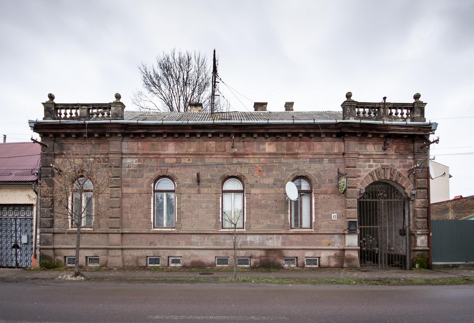 Будівля знаходиться на вулиці Мукачівській.