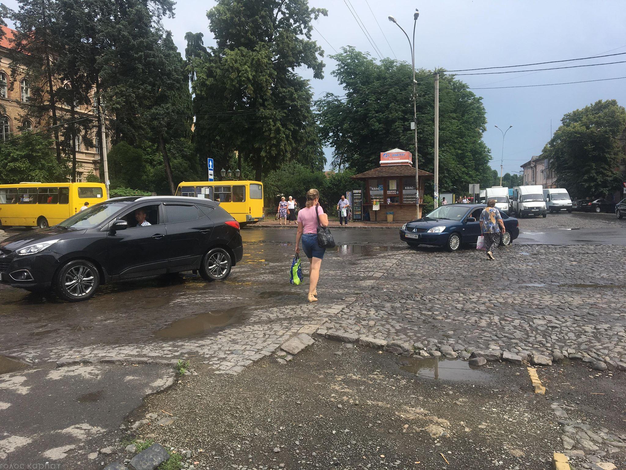 Рух площею Корятовича: водії сваряться, пішоходи хрестяться