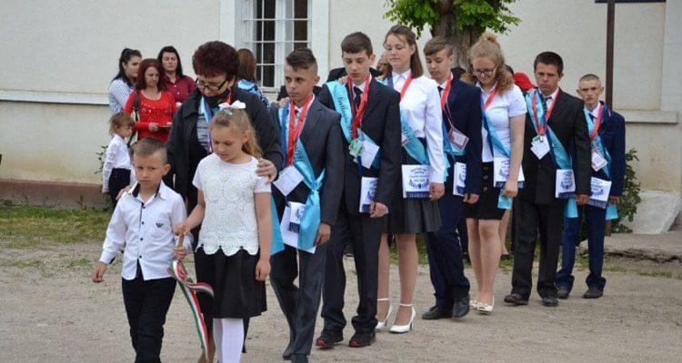 У Берегові цьогоріч 377 випускників закінчили школу.