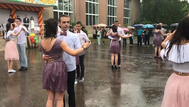 Мокрі випускниці та випускники: у Виноградові прощальний вальс танцювали під дощем (ВІДЕО)
