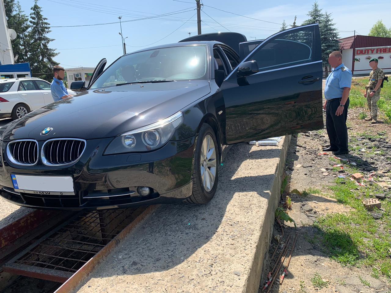 Сьогодні, 14 червня 2019 року, на митному посту «Лужанка» працівники Закарпатської митниці ДФС спільно з прикордонниками припинили незаконне переміщення тютюнових виробів через митний кордон України.