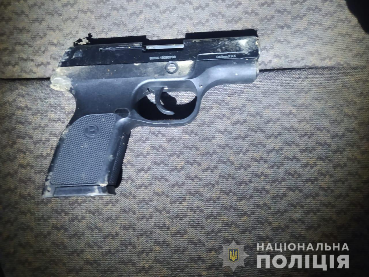 Поліцейські Виноградова вилучили у чоловіка пістолет.