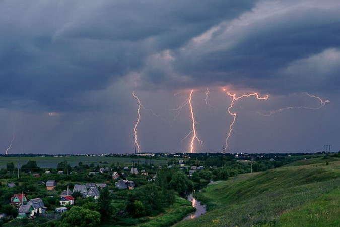 В Житомирській області блискавка влучила у 15-річну дівчину. В цей момент вона перебувала у будинку і розмовляла мобільним телефоном.