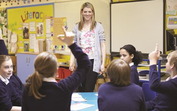 Українські вчителі зможуть відзначати своє професійне свято два дні поспіль. У 2020 році День вчителя в Україні святкують 4 жовтня.