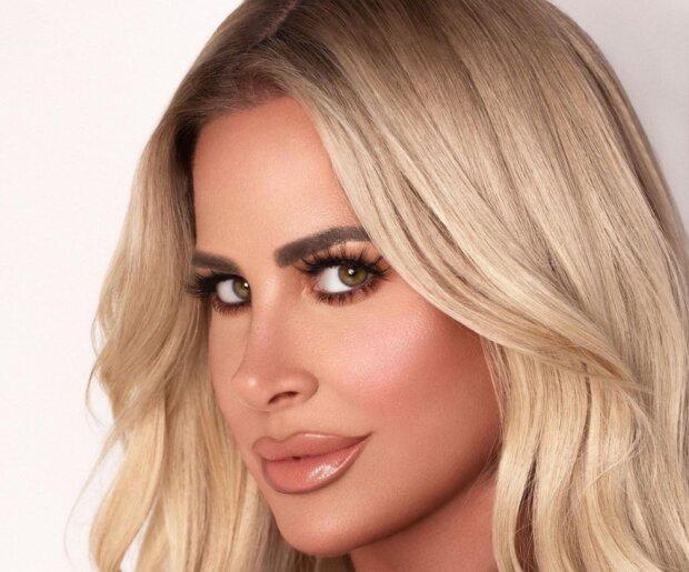 Американська співачка випадково оголила груди в прямому ефірі.