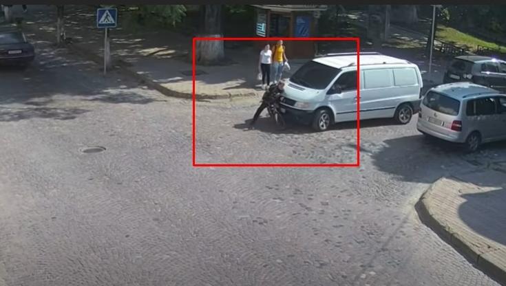 В Виноградове 14 сентября на нерегулируемом пешеходном переходе произошло ДТП: водитель автомобиля Mercedes Vito подъехал к 12-летнему мальчику, который внезапно подъехал на своем велосипеде к переходу.
