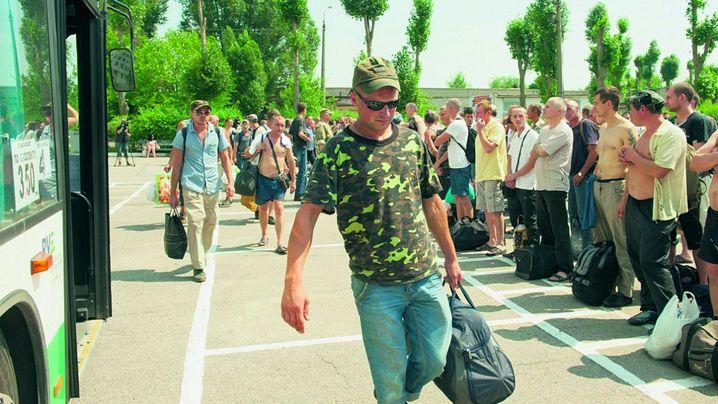 На четвертому році АТО на Донбассі, замість закінчення АТО, у Кабміні пропонують узаконити мобілізацію - відповідний законопроект зареєстрований у Верховній Раді.