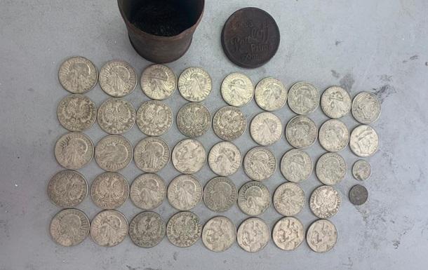 У відділенні для рукавичок в автомобілі українець заховав 44 старовинні польські монети.