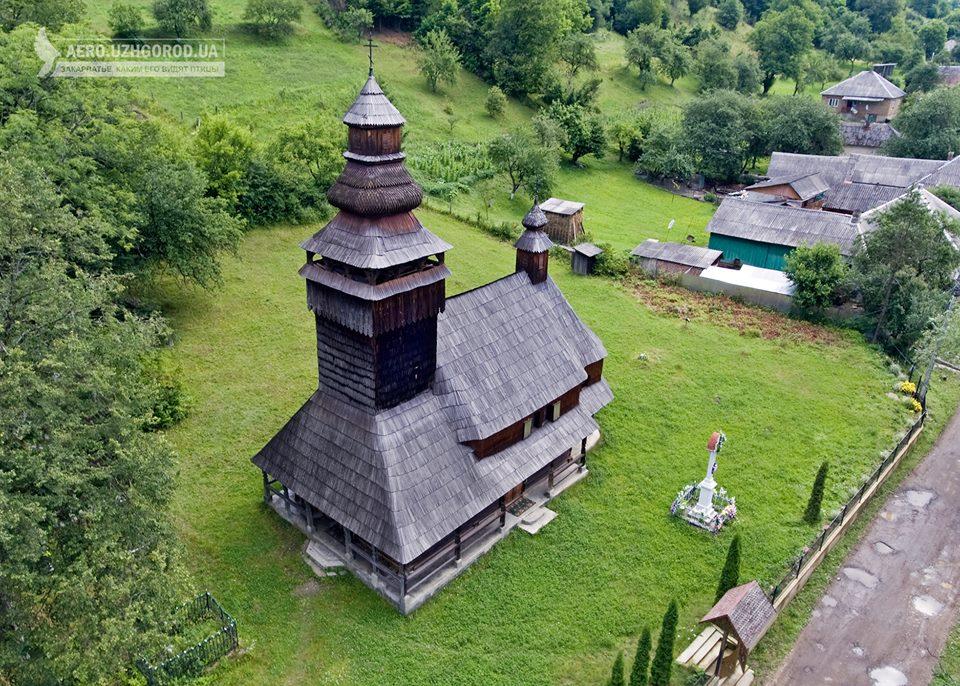 Дерев'яну церкву села Чорноголова показали з висоти пташиного польоту