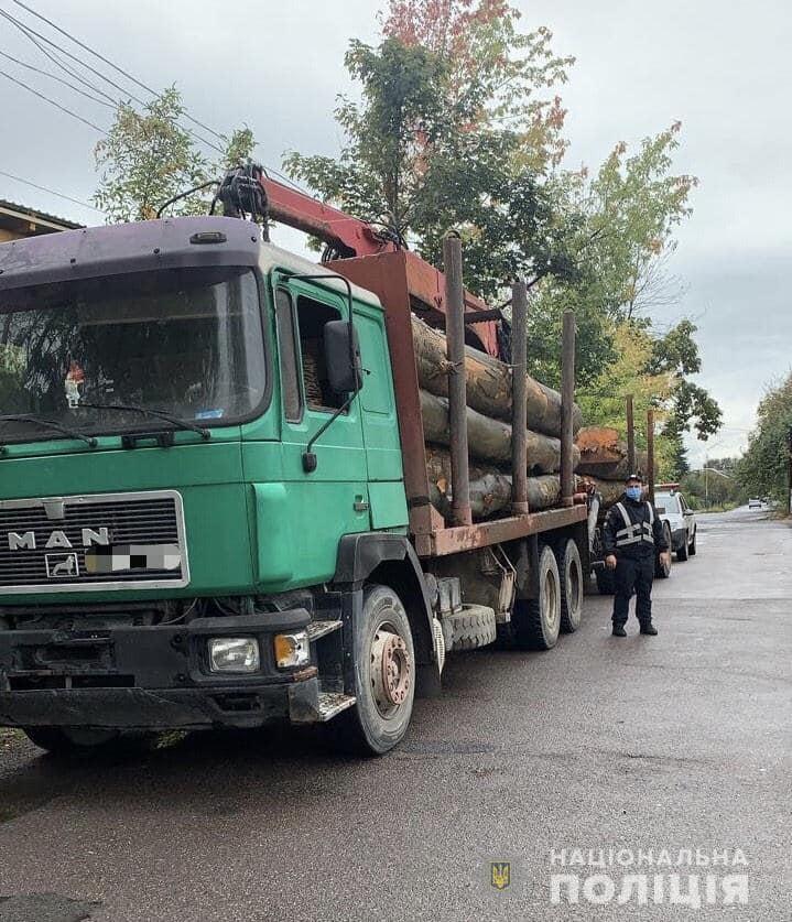 Сьогодні, 2 жовтня, інспектори реагування патрульної поліції у місті Тячів зупинили автомобіль «Man» з причепом, завантажений деревиною породи Бук. Перевозив кругляк 54-річний мешканець Хустщини.