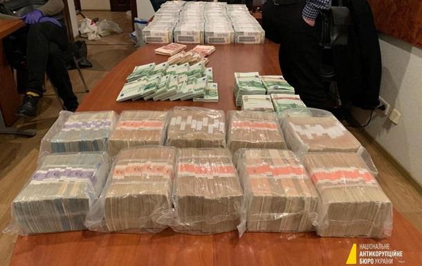 Детективи виявили велику суму готівкою і документи на ім'я глави ОАСК, а також антикварні предмети.