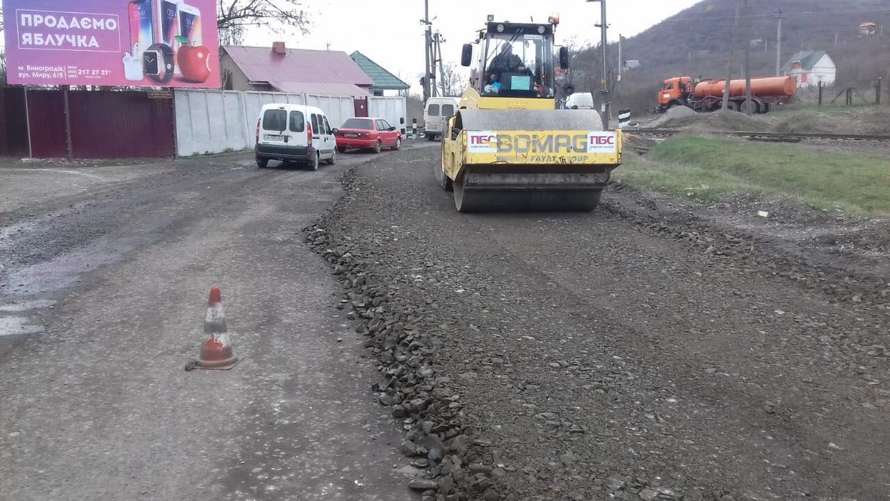На Виноградівщині підрядник розпочав ремонт автодороги обласного значення «Виноградів – Теково – Неветленфолу».