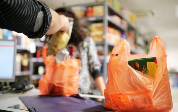 Після прийняття в Україні закону про заборону пластикових пакетів торговельним мережам дали 9 місяців, щоб позбутися від цієї групи товарів.