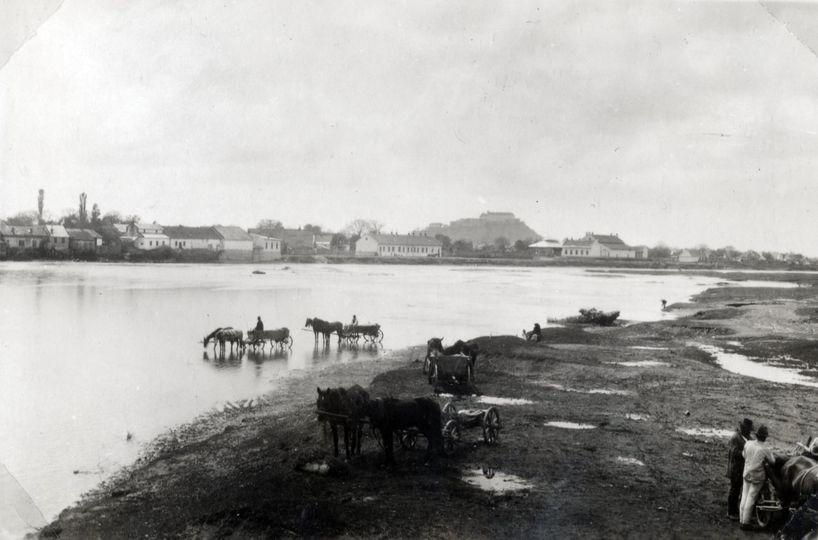 Фото датоване 1922 роком. На задньому плані видніються обриси замку Паланок.