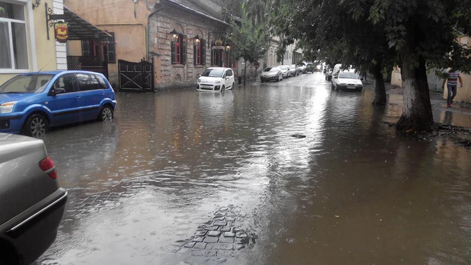 Центральна вулиця Ужгорода опинилася під водою (ФОТО)