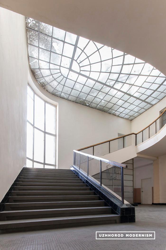 В атріумі будівлі втрачається відчуття часу і простору.