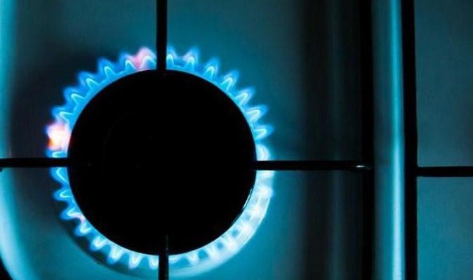 Ціна на газ для населення знижується другий місяць поспіль. Які зовнішні і внутрішні чинники вплинули на це, і чому деякі політики приписують собі цю перемогу.