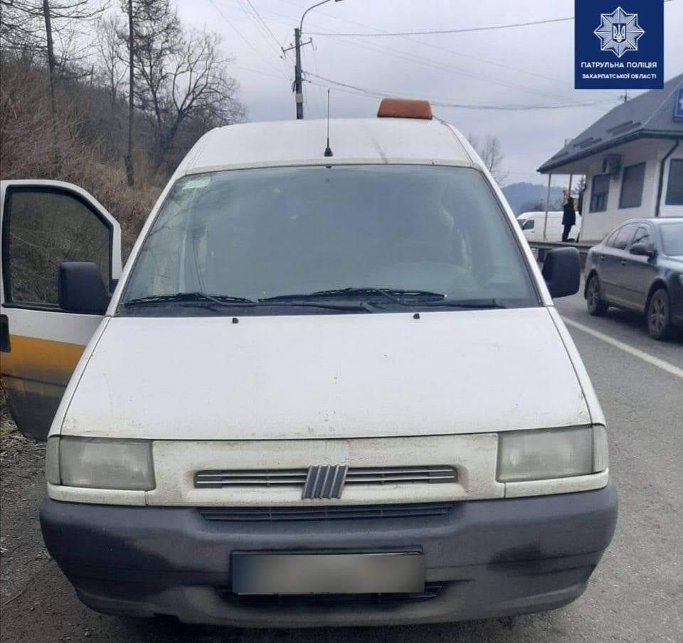 Патрули Закарпатья остановили микроавтобус с иностранцами без документов