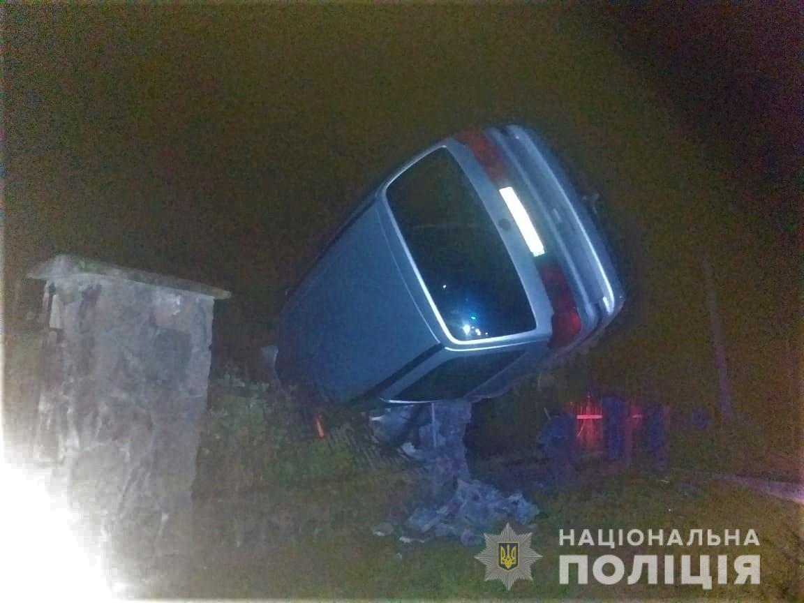 Вчора, 16 вересня, між селами П'яновичі та Лановичі Самбірського району, що на Львівщині, водій Volkswagen  не впорався з керуванням і влетів у огорожу кладовища.