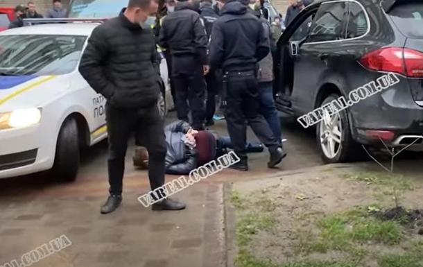 После того, как водителя-нарушителя остановили, он напал на полицейского и мочил на полицейскую машину.