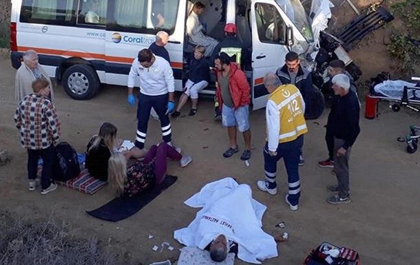 Туристичний автобус врізався в трактор, після чого злетів з дороги і врізався в огорожу. Постраждали 10 українських туристів, турецька гід і водії транспортних засобів.