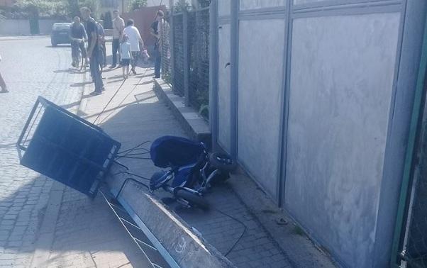 Соцмережі: УХусті електричний стовп впав намаму здитиною