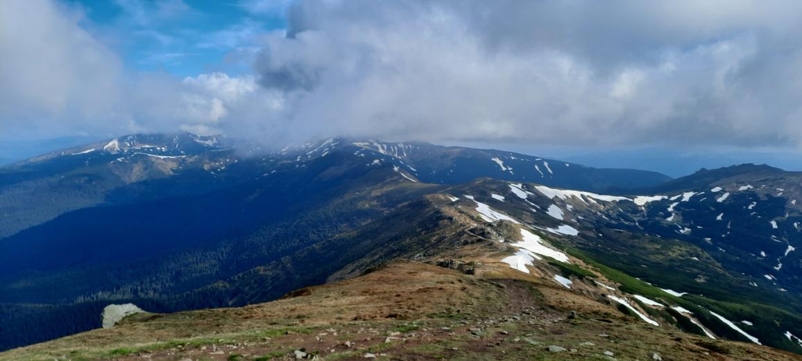 Сніжники утримуються на північних схилах гір.