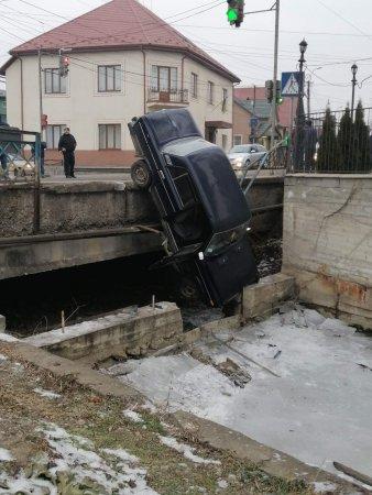 Жахлива ДТП сталася в центрі Буштина, про яку  повідомляють очевидці в соцмережі.