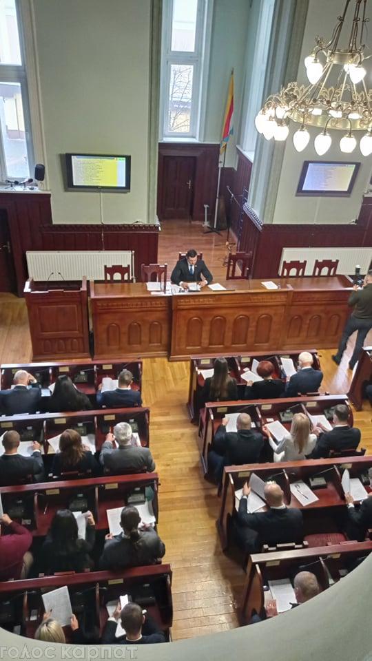 У Мукачеві триває перша сесія міськради нової каденції.