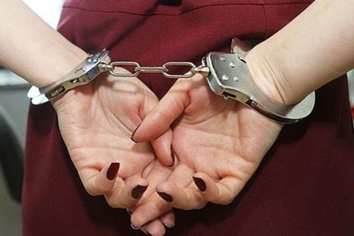 Поліцейські повідомили про підозру мукачівці, яка шахрайським шляхом заволоділа товаром косметичної фірми на суму понад 30 тисяч гривень. Наразі слідство у справі ще триває.