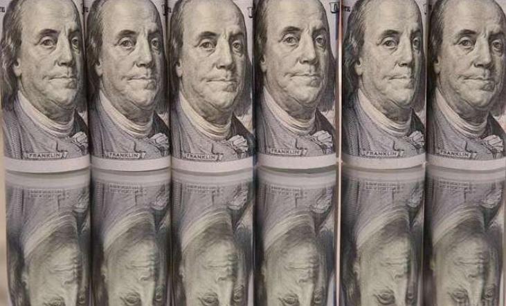 До закриття міжбанку американський долар в купівлі і в продажу подорожчав на 2 копійки.