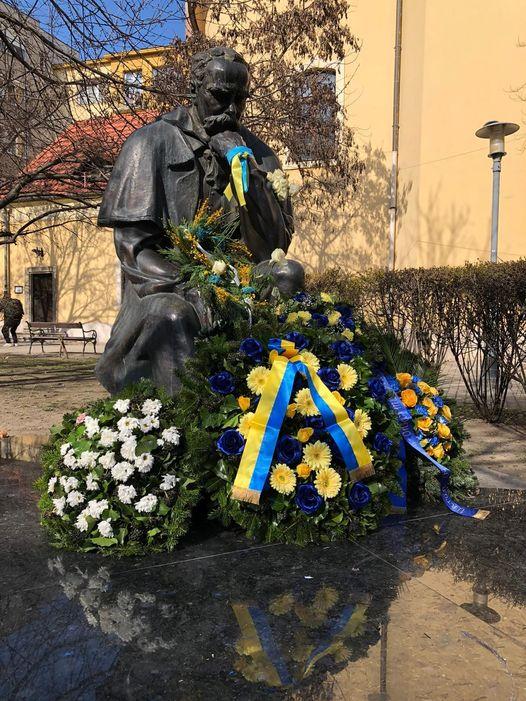 У день народження Великого Кобзаря – 9 березня, повсюдно вшановували  пам'ять невмиручого українського поета, покладали квіти до підніжжя його монументальних скульптур.