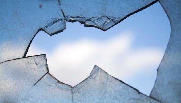 В центрі Мукачева на одному з нових кафе-барів міста невідомі побили вікна.