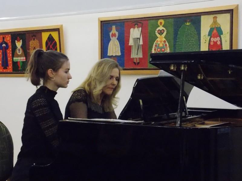 """Інтерактивні курси класичної музики в рамках однойменної програми """"Зачаровані музикою"""" започатковує нинішнього року на Закарпатті відома угорська піаністка Андреа Варнодь."""