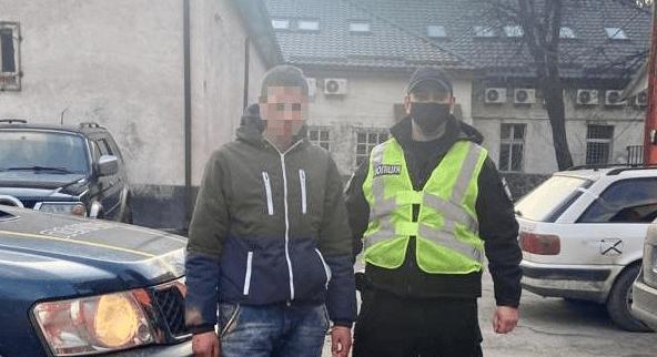 Поліцейські Рахівського районного відділу поліції встановили особу, причетну до умисного пошкодження майна жителя селища Ясіня Рахівського району.