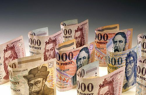 В офіційних курсах НБУ і на міжбанку долар трохи опускається, в той час як євро йде вгору.