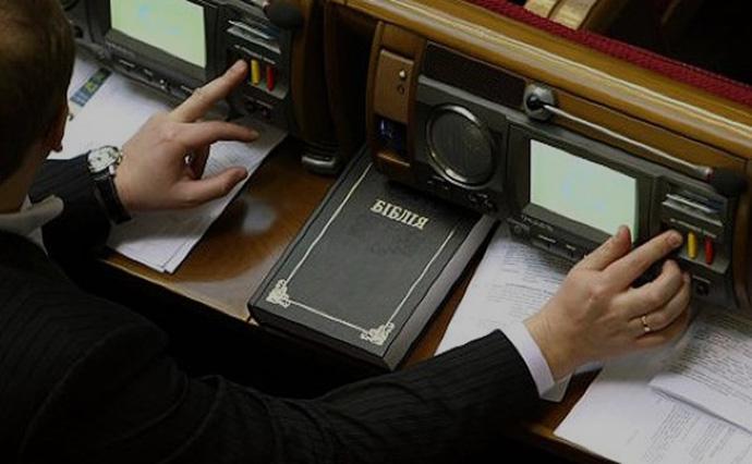 Сьогодні Верховна рада у першому читанні проголосувала за введення штрафів за кнопкодавство від 51 до 85 тисяч гривень.