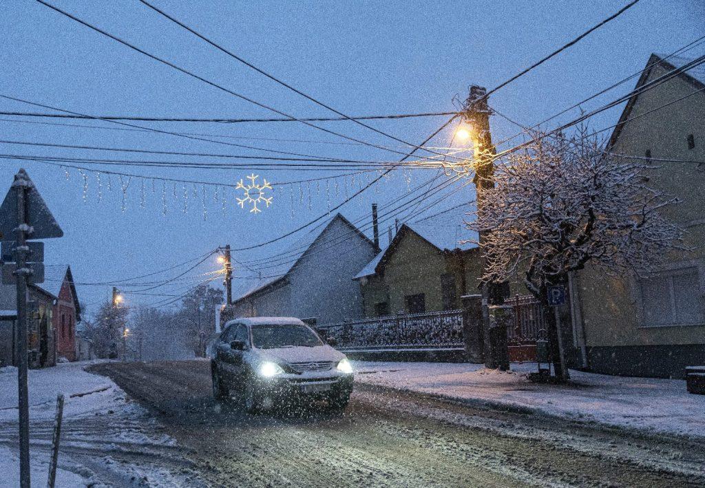 У понеділок вранці жителів столиці Угорщини зустрічали засніжені вулиці. Подекуди снігова ковдра сягала більше 5 сантиметрів.