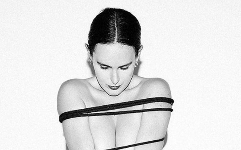 Румер Вілліс еротично позувала, обмотавшись мотузкою.