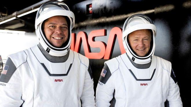 Астронавти Роберт Бенкен і Дуглас Хьорлі, яких два місяці тому відправили на Міжнародну космічну станцію на кораблі SpaceX Crew Dragon, повернулися на Землю.