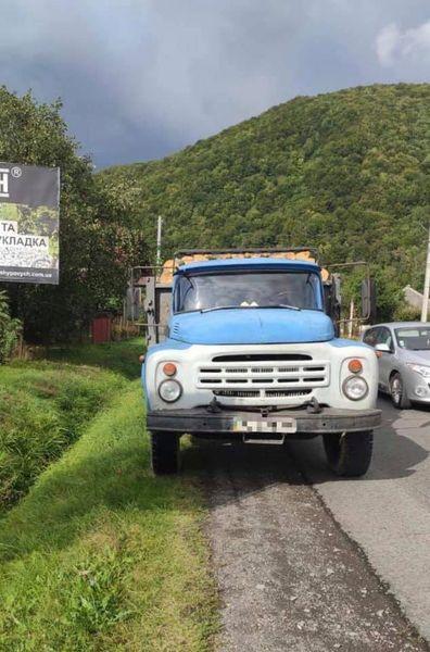На Свалявщині  поліція виявила вантажівку з сумнівною деревиною