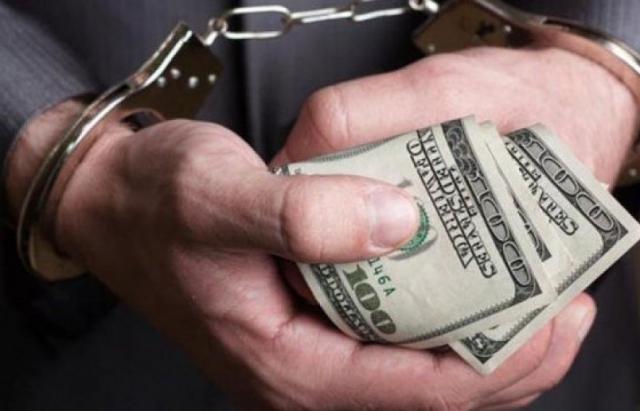 Правоохоронці  викрили трьох посадовців, які, зловживаючи службовим становищем, незаконно передали у приватну власність майже 17 га землі.